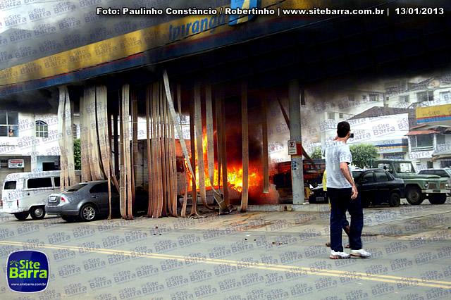 SiteBarra - Carros incendiados no posto de gasolina em Barra de Sao Francisco (192)