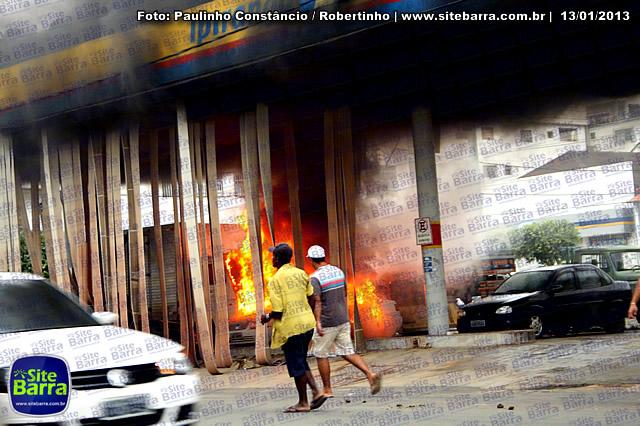 SiteBarra - Carros incendiados no posto de gasolina em Barra de Sao Francisco (193)