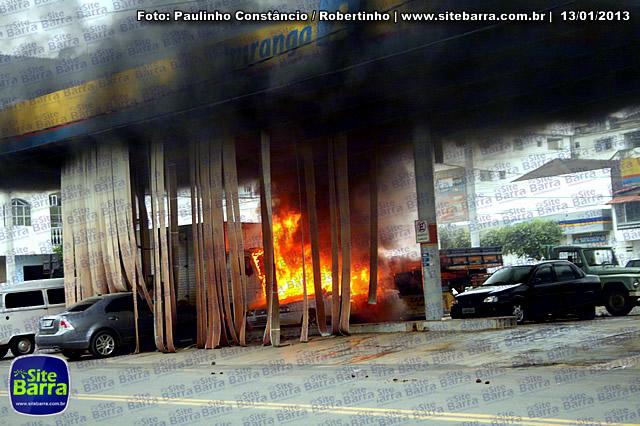 SiteBarra - Carros incendiados no posto de gasolina em Barra de Sao Francisco (194)