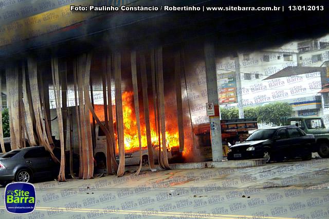 SiteBarra - Carros incendiados no posto de gasolina em Barra de Sao Francisco (195)