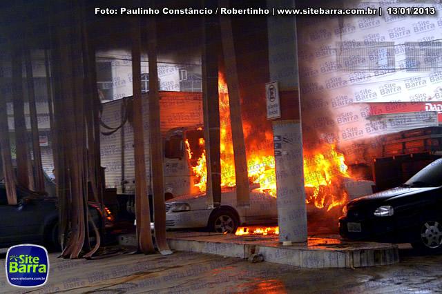 SiteBarra - Carros incendiados no posto de gasolina em Barra de Sao Francisco (196)