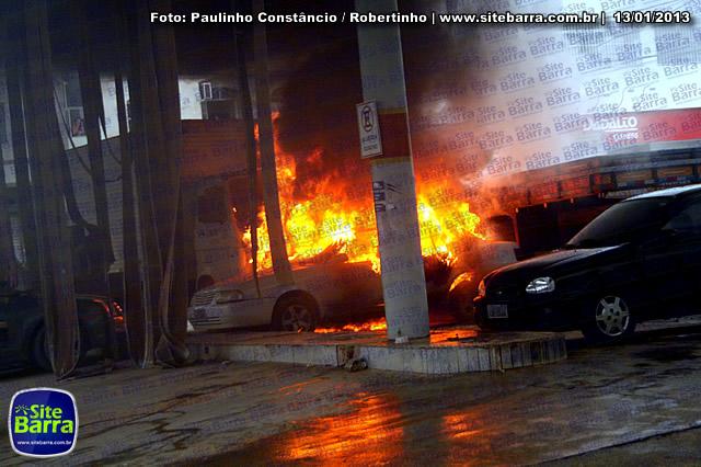 SiteBarra - Carros incendiados no posto de gasolina em Barra de Sao Francisco (197)