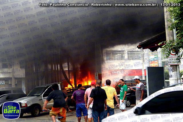 SiteBarra - Carros incendiados no posto de gasolina em Barra de Sao Francisco (198)