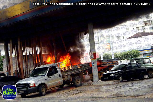 SiteBarra - Carros incendiados no posto de gasolina em Barra de Sao Francisco (199)
