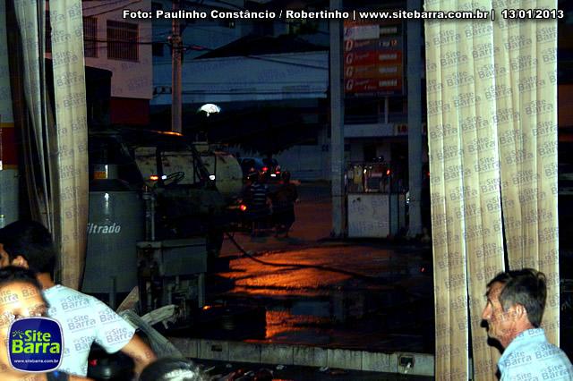 SiteBarra - Carros incendiados no posto de gasolina em Barra de Sao Francisco (2)