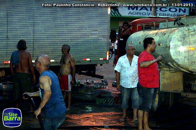 SiteBarra - Carros incendiados no posto de gasolina em Barra de Sao Francisco (20)