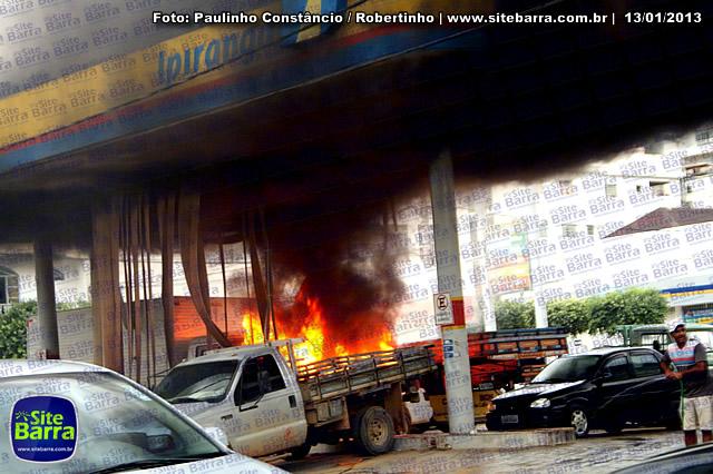 SiteBarra - Carros incendiados no posto de gasolina em Barra de Sao Francisco (200)