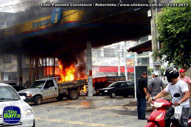 SiteBarra - Carros incendiados no posto de gasolina em Barra de Sao Francisco (201)