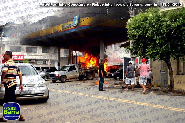 SiteBarra - Carros incendiados no posto de gasolina em Barra de Sao Francisco (202)