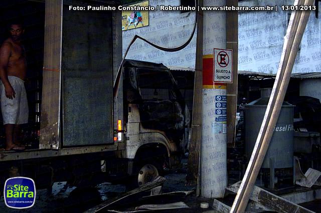 SiteBarra - Carros incendiados no posto de gasolina em Barra de Sao Francisco (31)