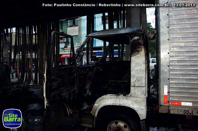 SiteBarra - Carros incendiados no posto de gasolina em Barra de Sao Francisco (36)