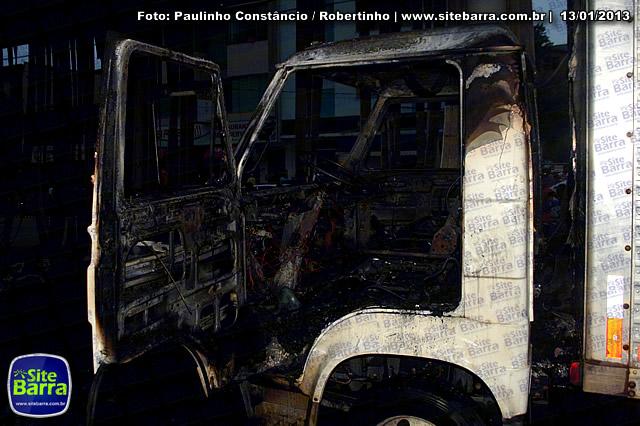 SiteBarra - Carros incendiados no posto de gasolina em Barra de Sao Francisco (38)