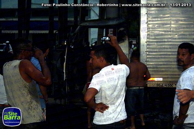 SiteBarra - Carros incendiados no posto de gasolina em Barra de Sao Francisco (49)