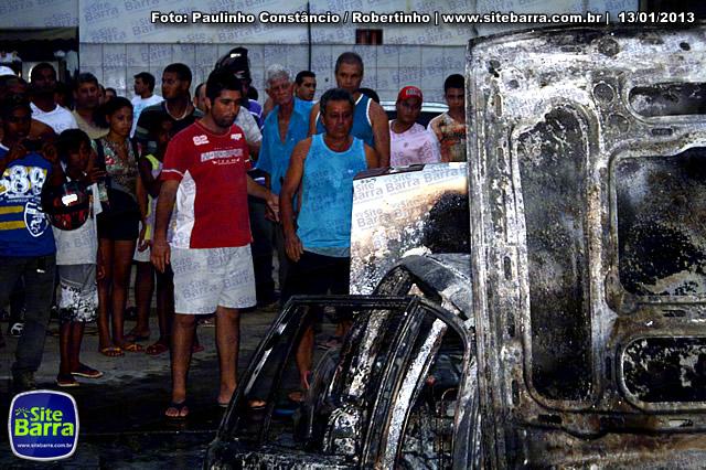 SiteBarra - Carros incendiados no posto de gasolina em Barra de Sao Francisco (57)