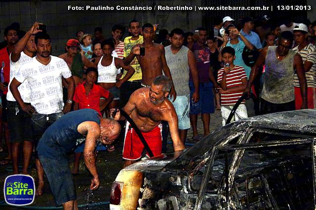 SiteBarra - Carros incendiados no posto de gasolina em Barra de Sao Francisco (58)