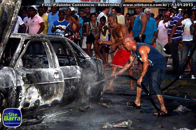 SiteBarra - Carros incendiados no posto de gasolina em Barra de Sao Francisco (59)