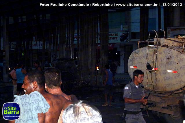 SiteBarra - Carros incendiados no posto de gasolina em Barra de Sao Francisco (6)