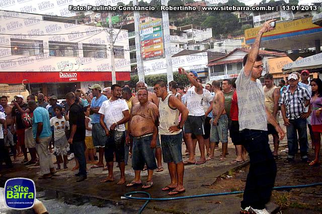SiteBarra - Carros incendiados no posto de gasolina em Barra de Sao Francisco (63)