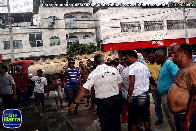 SiteBarra - Carros incendiados no posto de gasolina em Barra de Sao Francisco (64)