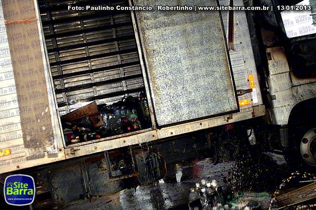 SiteBarra - Carros incendiados no posto de gasolina em Barra de Sao Francisco (65)