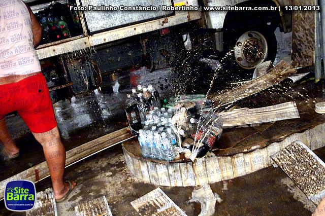 SiteBarra - Carros incendiados no posto de gasolina em Barra de Sao Francisco (66)