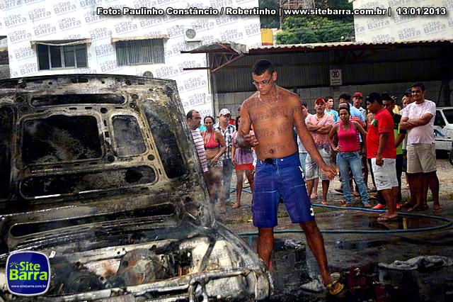 SiteBarra - Carros incendiados no posto de gasolina em Barra de Sao Francisco (68)