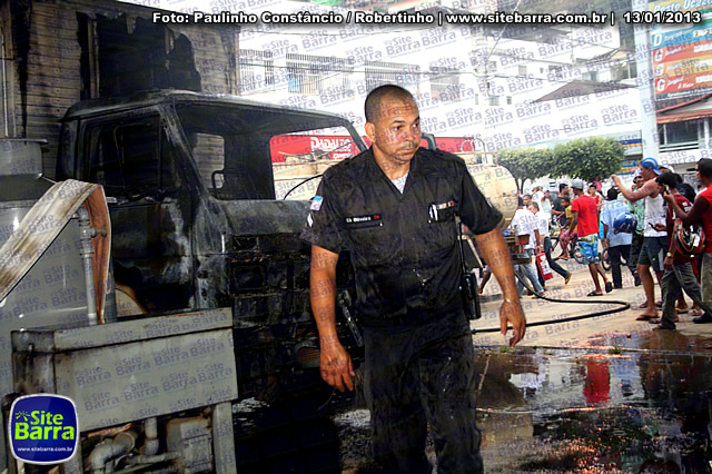 SiteBarra - Carros incendiados no posto de gasolina em Barra de Sao Francisco (69)