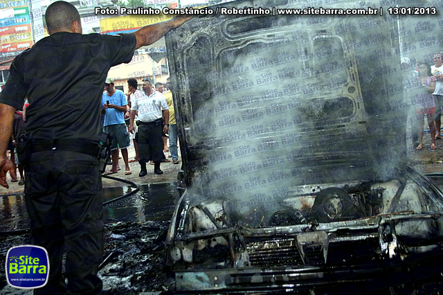SiteBarra - Carros incendiados no posto de gasolina em Barra de Sao Francisco (72)