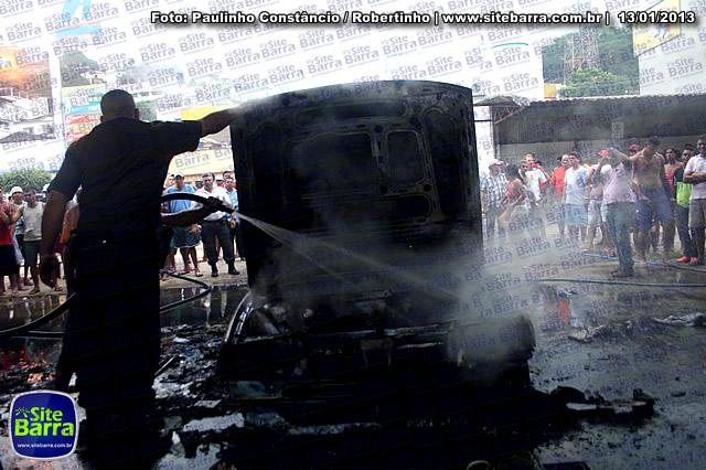 SiteBarra - Carros incendiados no posto de gasolina em Barra de Sao Francisco (75)