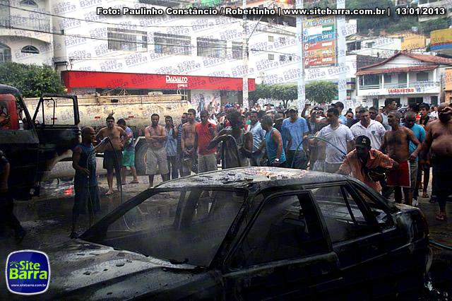 SiteBarra - Carros incendiados no posto de gasolina em Barra de Sao Francisco (79)