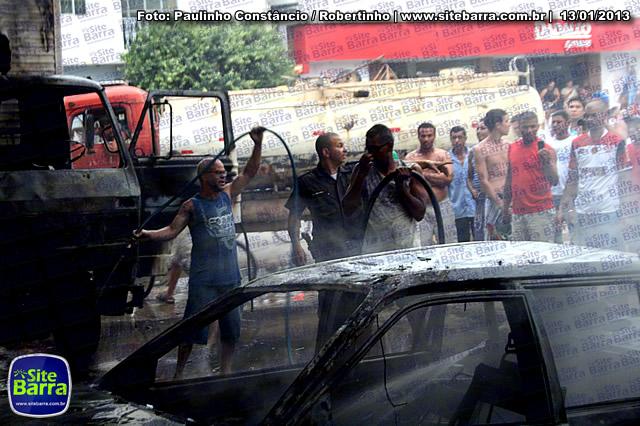 SiteBarra - Carros incendiados no posto de gasolina em Barra de Sao Francisco (80)