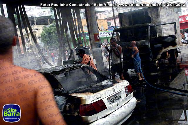 SiteBarra - Carros incendiados no posto de gasolina em Barra de Sao Francisco (81)