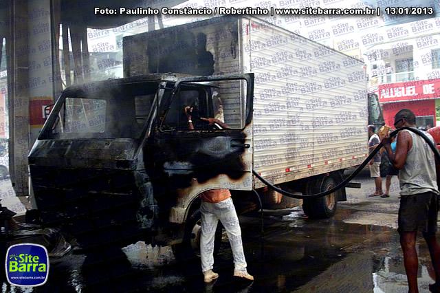 SiteBarra - Carros incendiados no posto de gasolina em Barra de Sao Francisco (82)