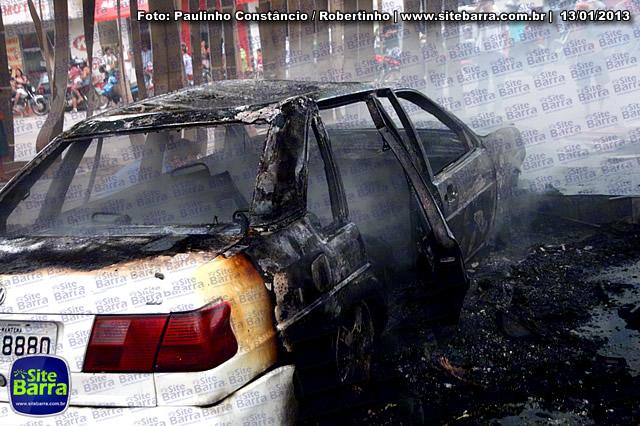 SiteBarra - Carros incendiados no posto de gasolina em Barra de Sao Francisco (84)
