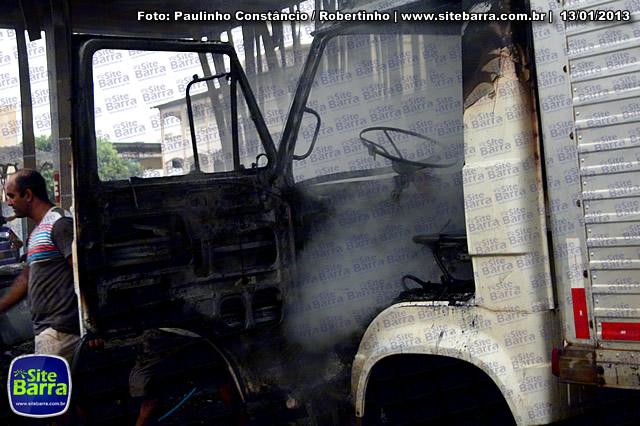 SiteBarra - Carros incendiados no posto de gasolina em Barra de Sao Francisco (87)