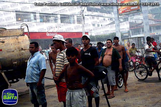SiteBarra - Carros incendiados no posto de gasolina em Barra de Sao Francisco (90)