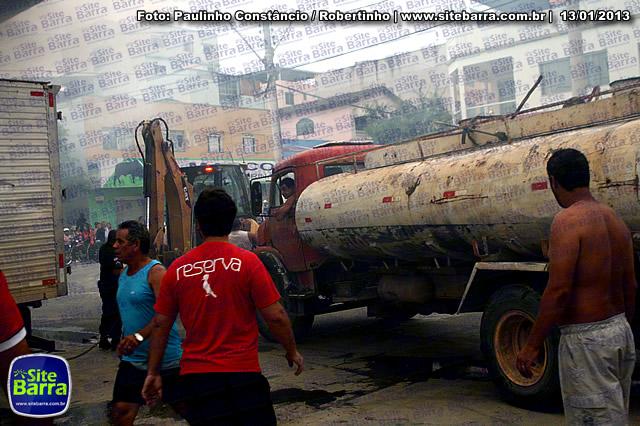 SiteBarra - Carros incendiados no posto de gasolina em Barra de Sao Francisco (94)