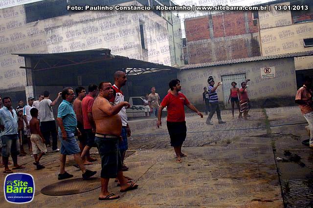SiteBarra - Carros incendiados no posto de gasolina em Barra de Sao Francisco (96)