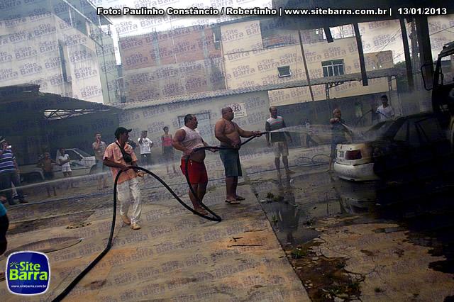SiteBarra - Carros incendiados no posto de gasolina em Barra de Sao Francisco (97)