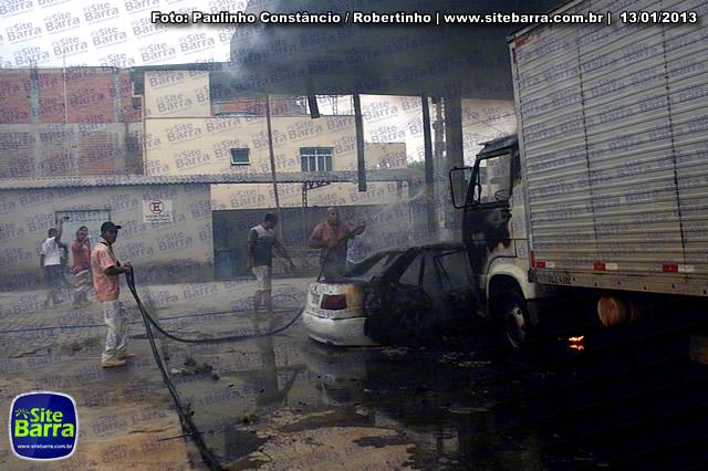 SiteBarra - Carros incendiados no posto de gasolina em Barra de Sao Francisco (98)