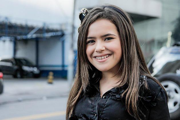 Agora uma pré-adolescente, a artista do SBT foi vista de aparelho nos dentes, cabelos mais compridos, camisa preta e uma saia florida curtinha. Sorridente, Maisa caprichou nas poses para sair bem nas fotos.