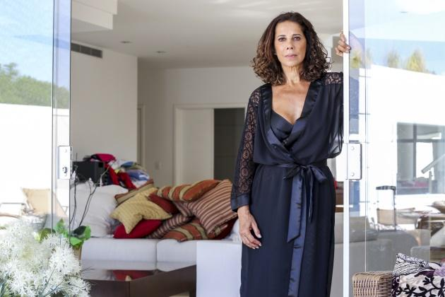 """Dá para acreditar que Ângela Vieira, que esbanja boa forma na novela """"Em Família"""" (2014), tem 62 anos? Atualmente, interpreta a vilã Branca na trama de Manoel Carlos."""