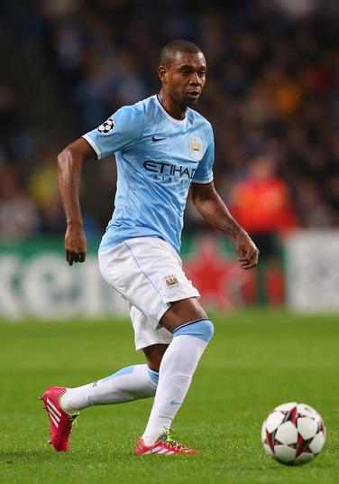 Os números da grana que Fernandinho ganha no Manchester City são semanais. A cada sete dias, o volante recebe cerca de RS 300 mil, o que dá cerca de R$ 1,2 mi por mês