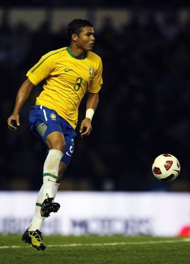 Thiago Silva é um dos brasileiros mais bem pagos do mundo do futebol. Atualmente, o zagueirão arranca R$ 39,4 milhões por ano do PSG, cerca de R$ 3,2 milhões por mês