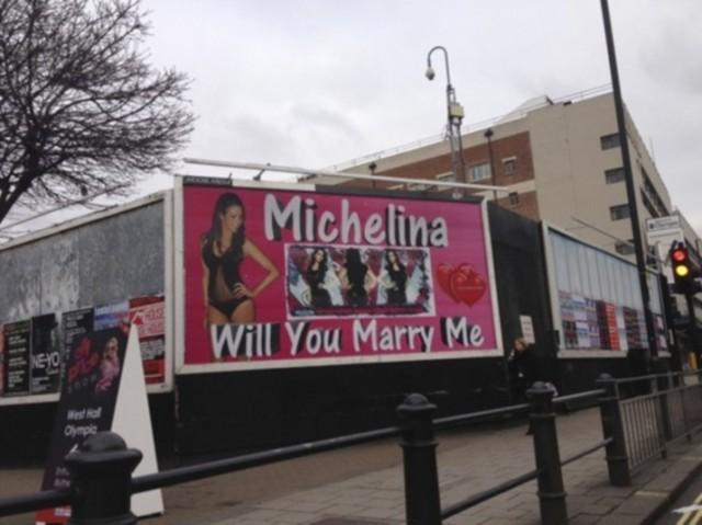 Você colocaria uma foto da sua namorada de calcinha e sutiã num outdoor na hora de pedi-la em casamento?